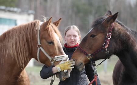 Zirgu glābēju komanda: Juris, Evita un Artis ar izglābtajām ķēvēm – Rutu (no kreisās) un Lailu.